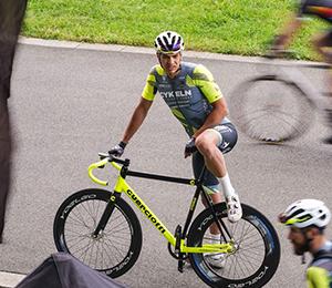 Cyklista na závodě odpočívá