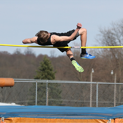 Sportovec skákající do výšky