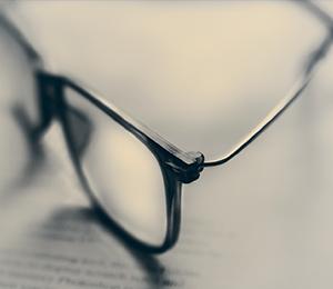 Brýle položené na důležitých dokumentech