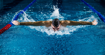 Závodní plavec v průběhu plaveckého závodu